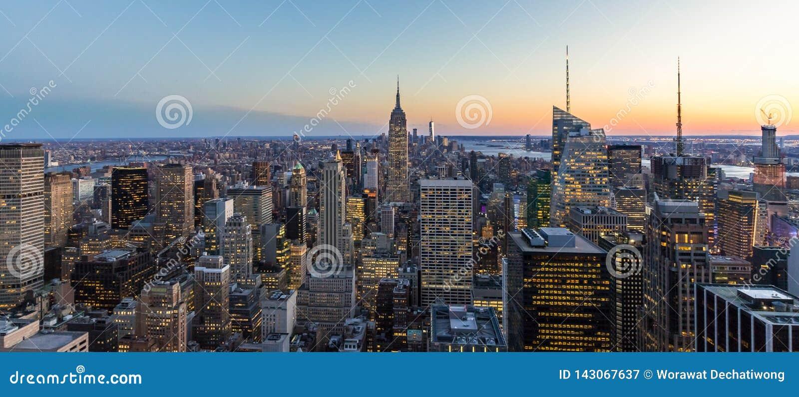 纽约地平线全景照片在有帝国大厦和摩天大楼的曼哈顿街市在晚上美国