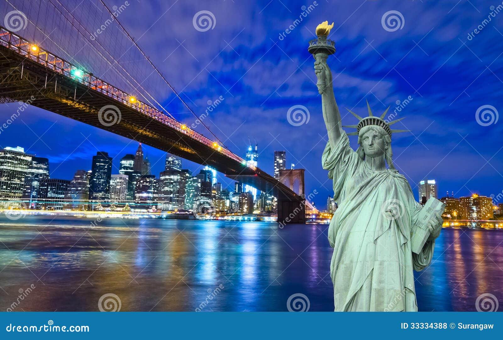纽约地平线和自由雕象在晚上, NY,美国