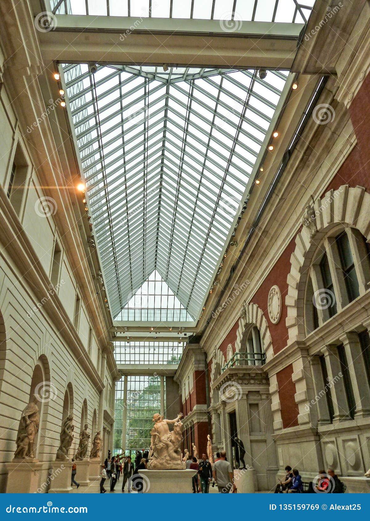 纽约,美国-人们在大都会博物馆享用