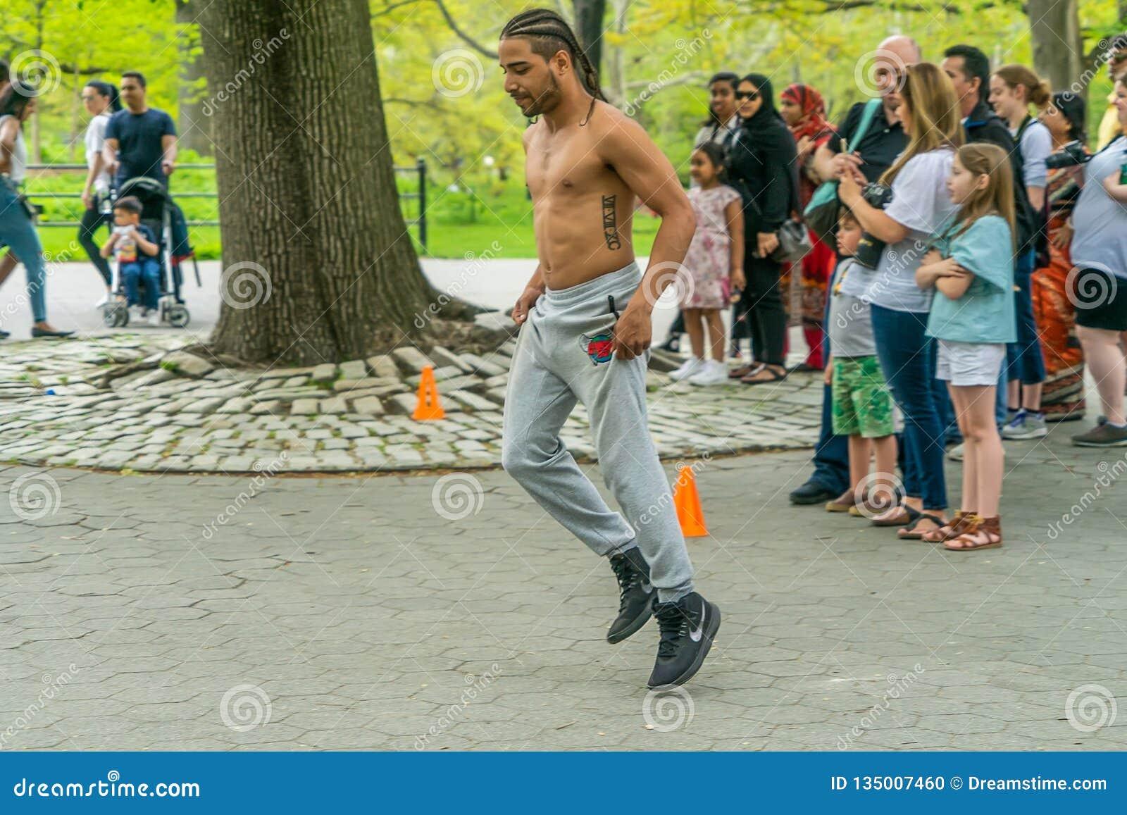 纽约,美国- 2018年5月5日:中央公园街舞蹈家在曼哈顿纽约