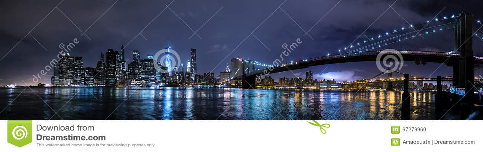 纽约, NY/USA -大约2015年7月:布鲁克林大桥和更低的曼哈顿全景在夜之前