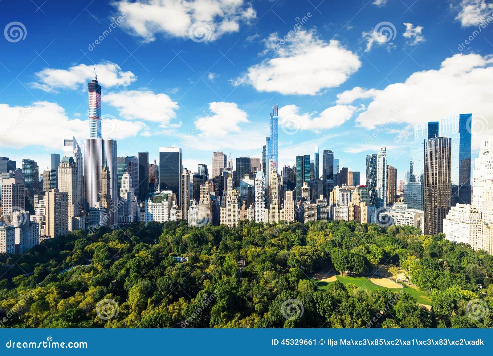 紐約-中央公園視圖向有公園的曼哈頓晴天-驚人的鳥景色.圖片