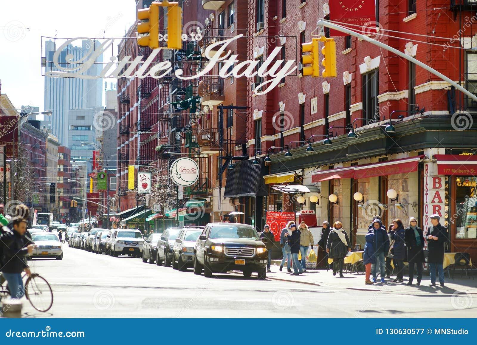 纽约- 2015年3月21日:'欢迎向在街市曼哈顿名叫的Little意大利意大利社区的小的意大利'标志,新的Yor