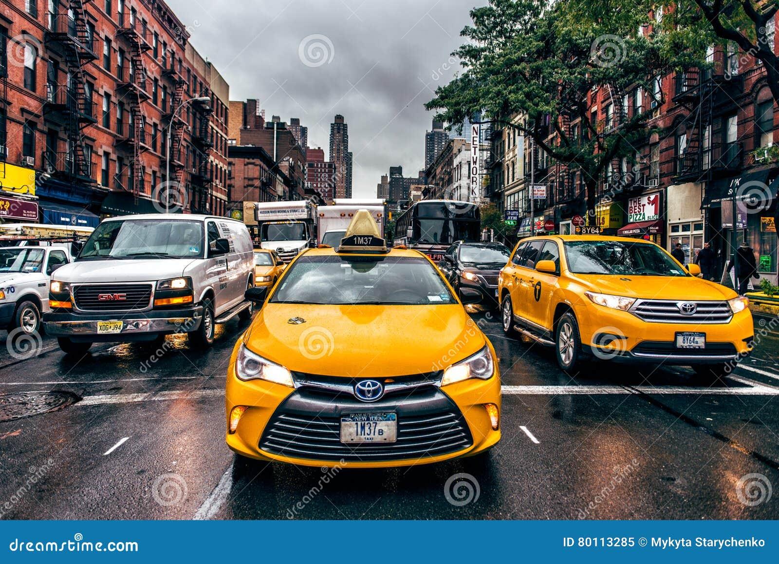 纽约-2009年10月26日, :纽约出租汽车和汽车在街道在曼哈顿纽约交易 新的雨约克