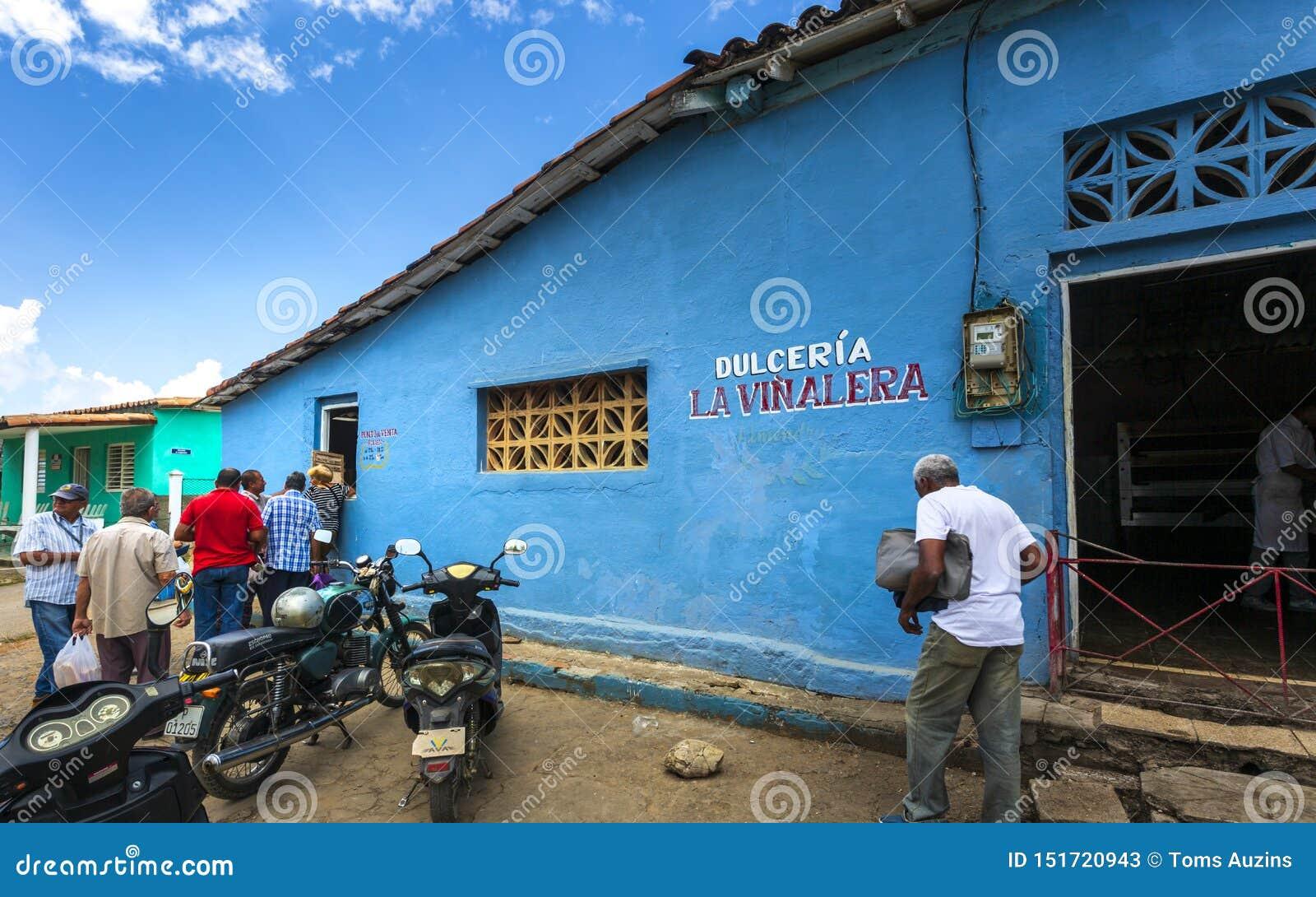 线的人们在freshy被烘烤的面包以后,联合国科教文组织,Vinales,比那尔德里奥省,古巴,西印度群岛,加勒比