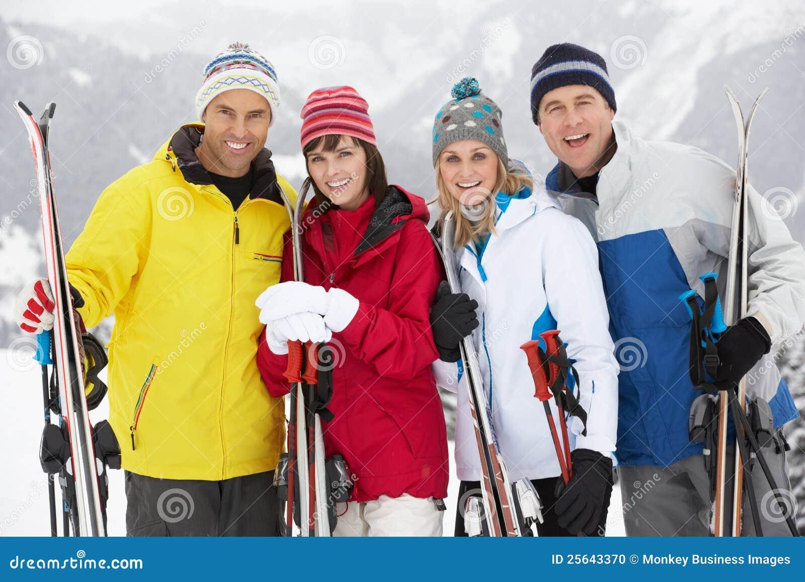 组在滑雪节假日的中世纪夫妇