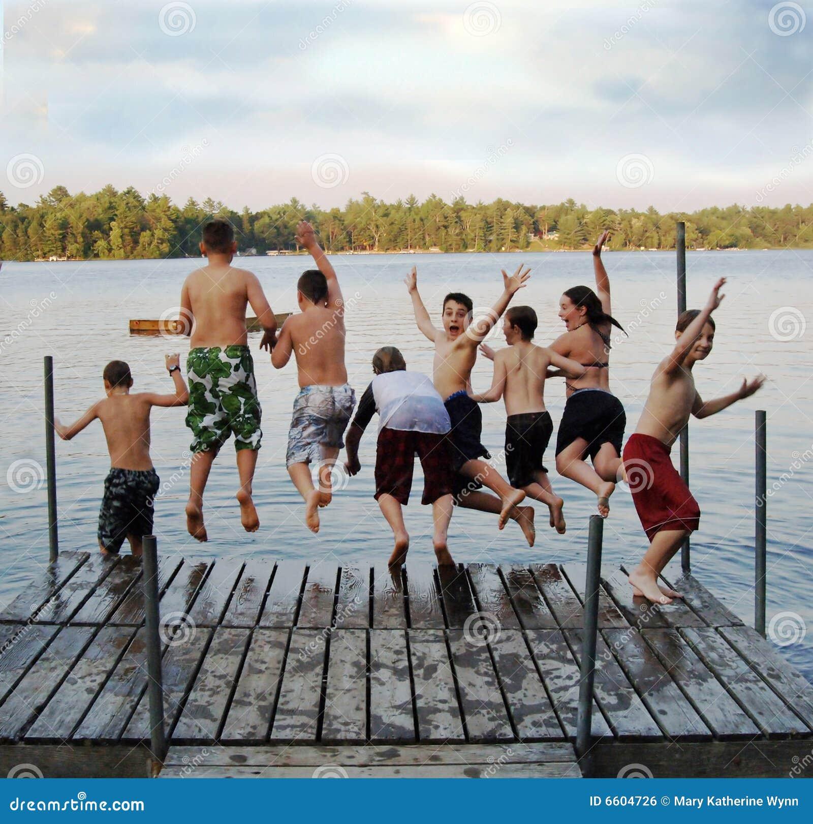 组跳的孩子湖