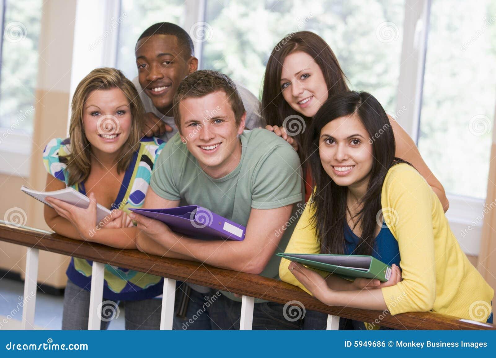 细长立柱学院组倾斜的学员