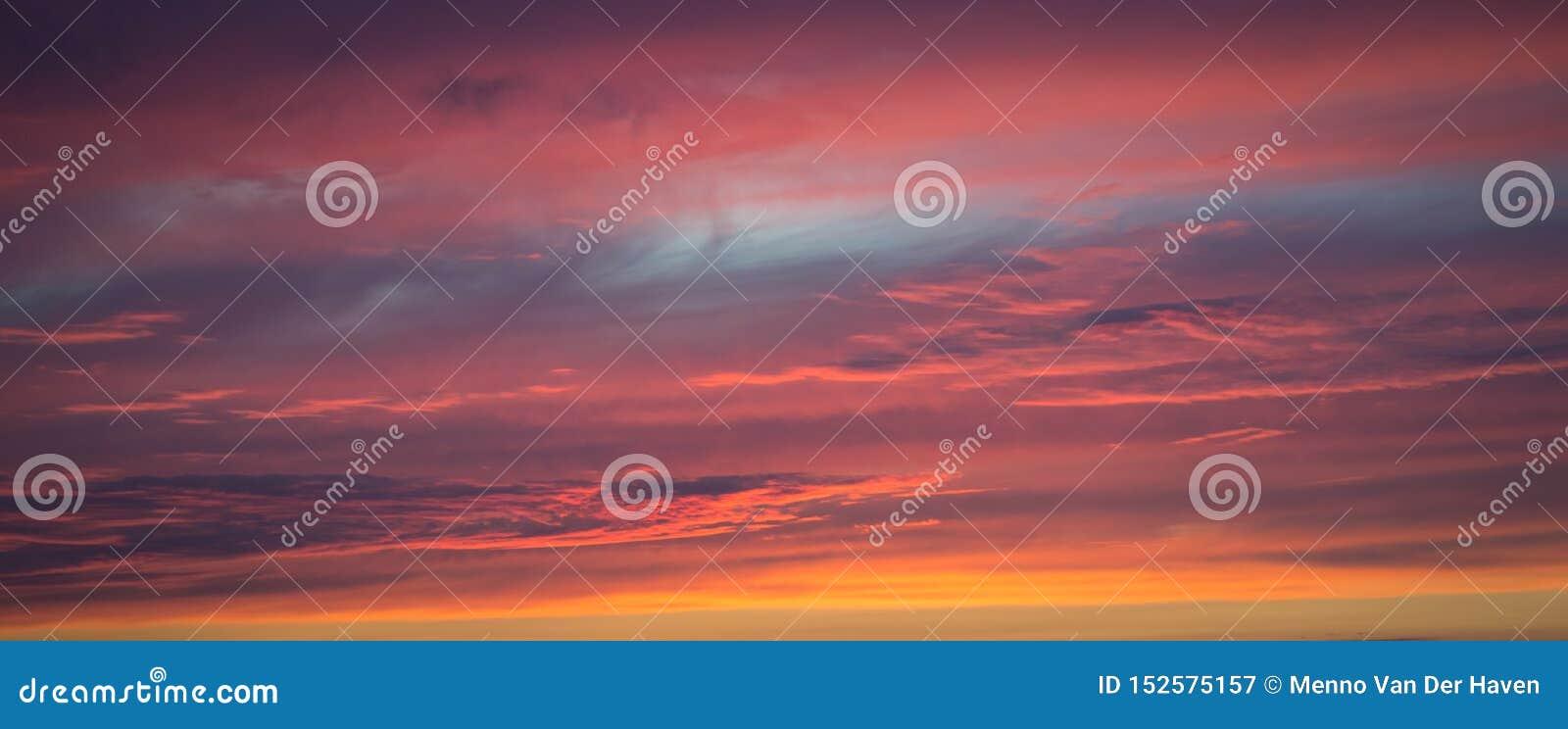 织地不很细紫色天空的全景在日落的