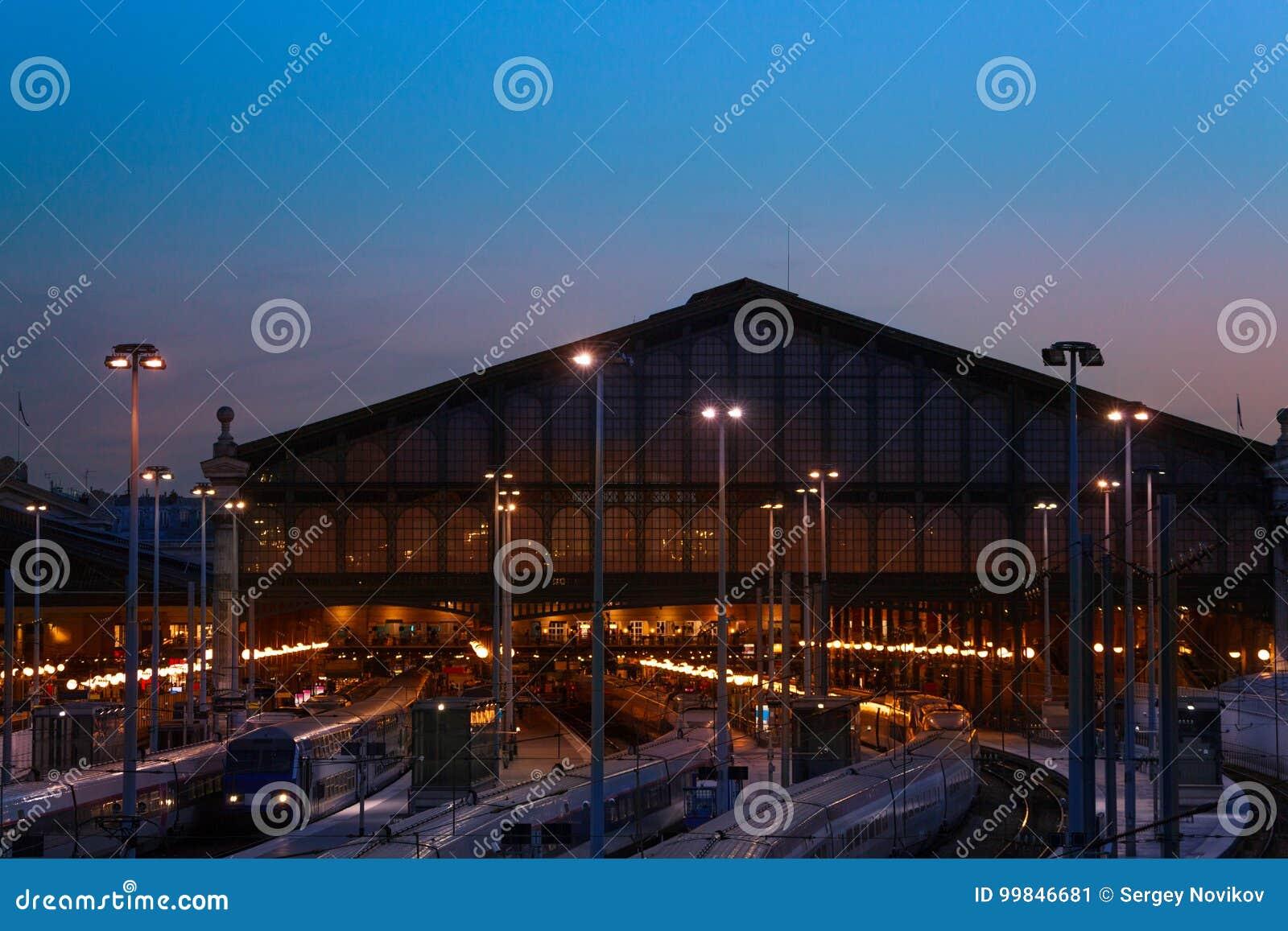 终点驻地Gare du Nord在晚上,巴黎