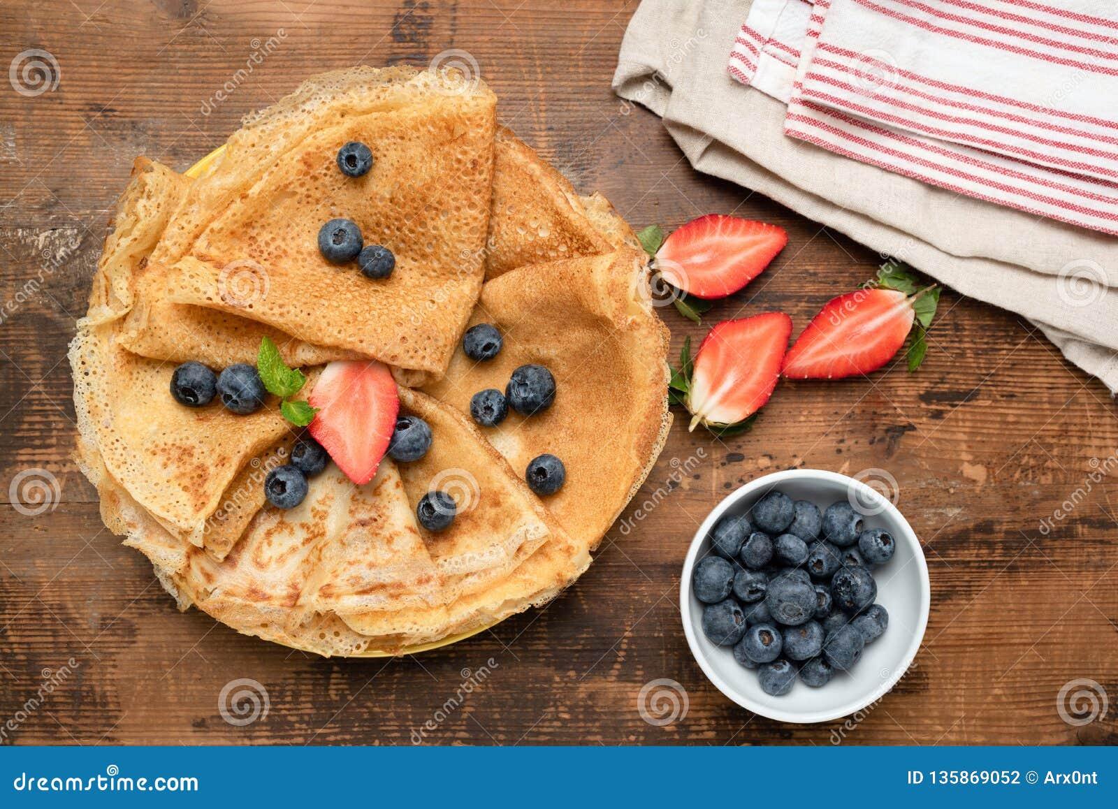 绉纱、稀薄的薄煎饼或者俄国俄式薄煎饼用新鲜的莓果