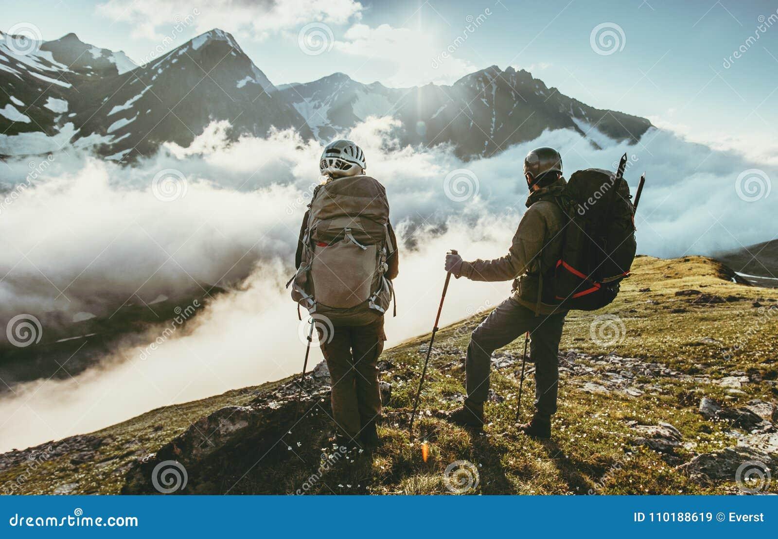 结合山山顶的旅客一起爱并且旅行生活方式