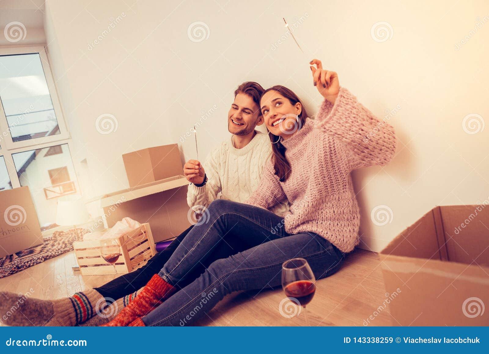 结合庆祝他们移动的饮用的酒和射击闪烁发光物