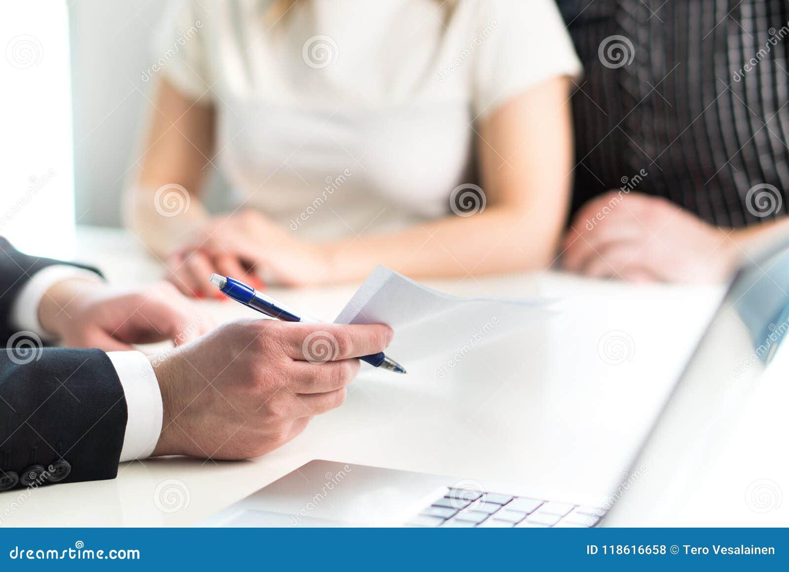 结合开与法律顾问,房地产开发商的会谈