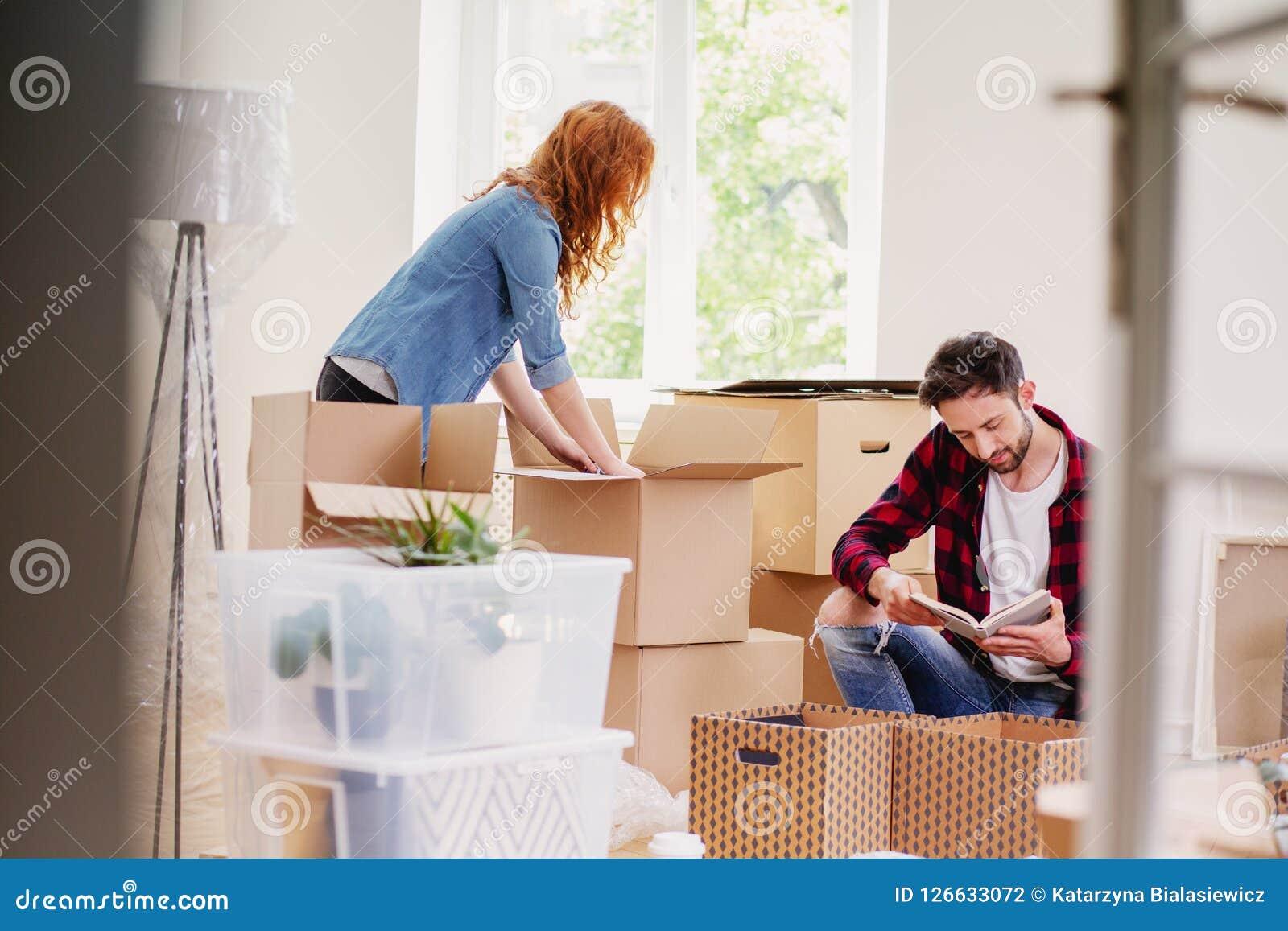 结合打开从纸盒箱子的材料,当移动入新的家时