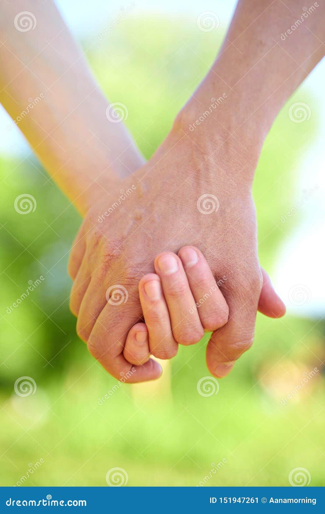结合握手和走在晴朗的夏天天气