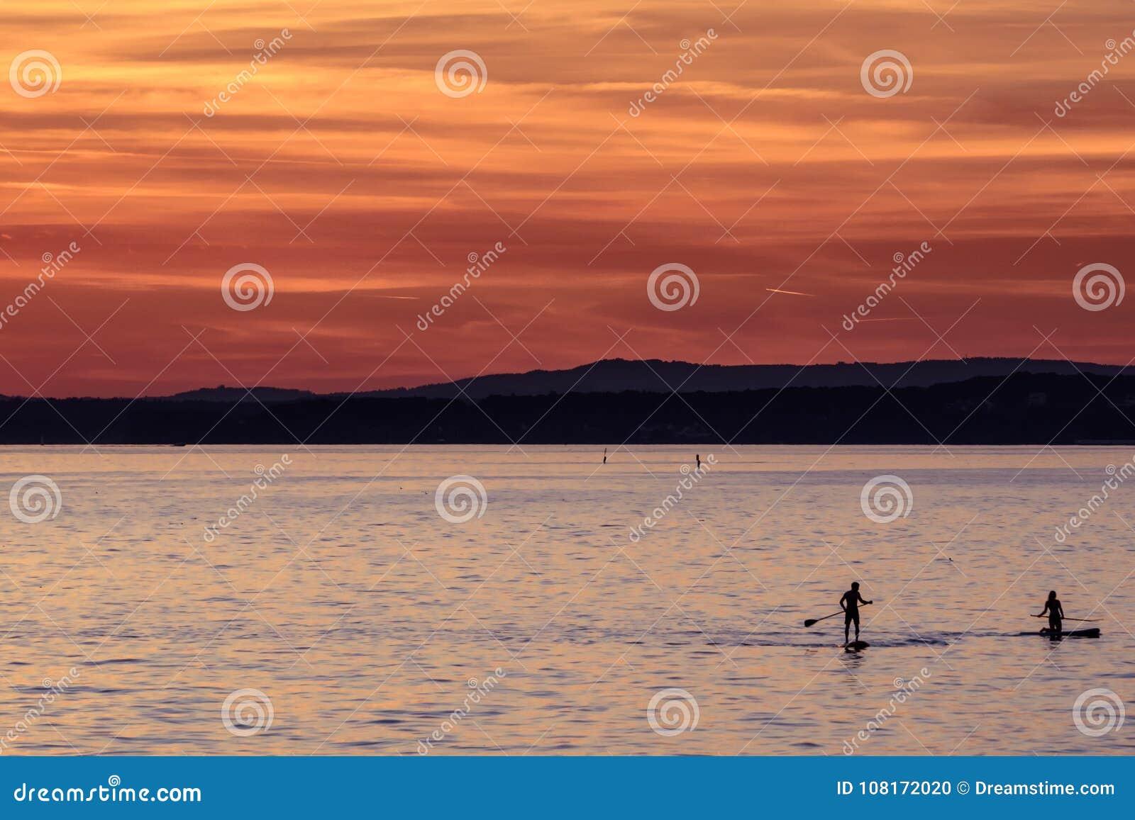 结合paddleboarding入8月日落