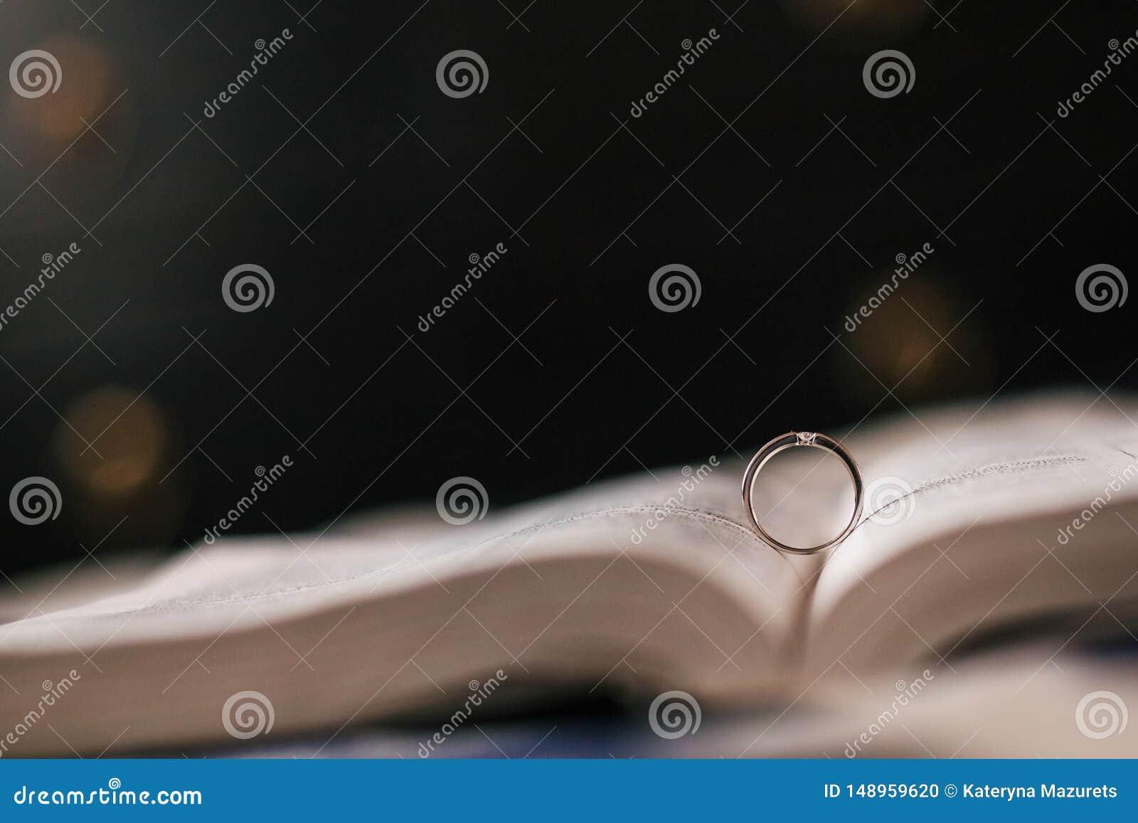 结婚戒指在膨胀的圣经在