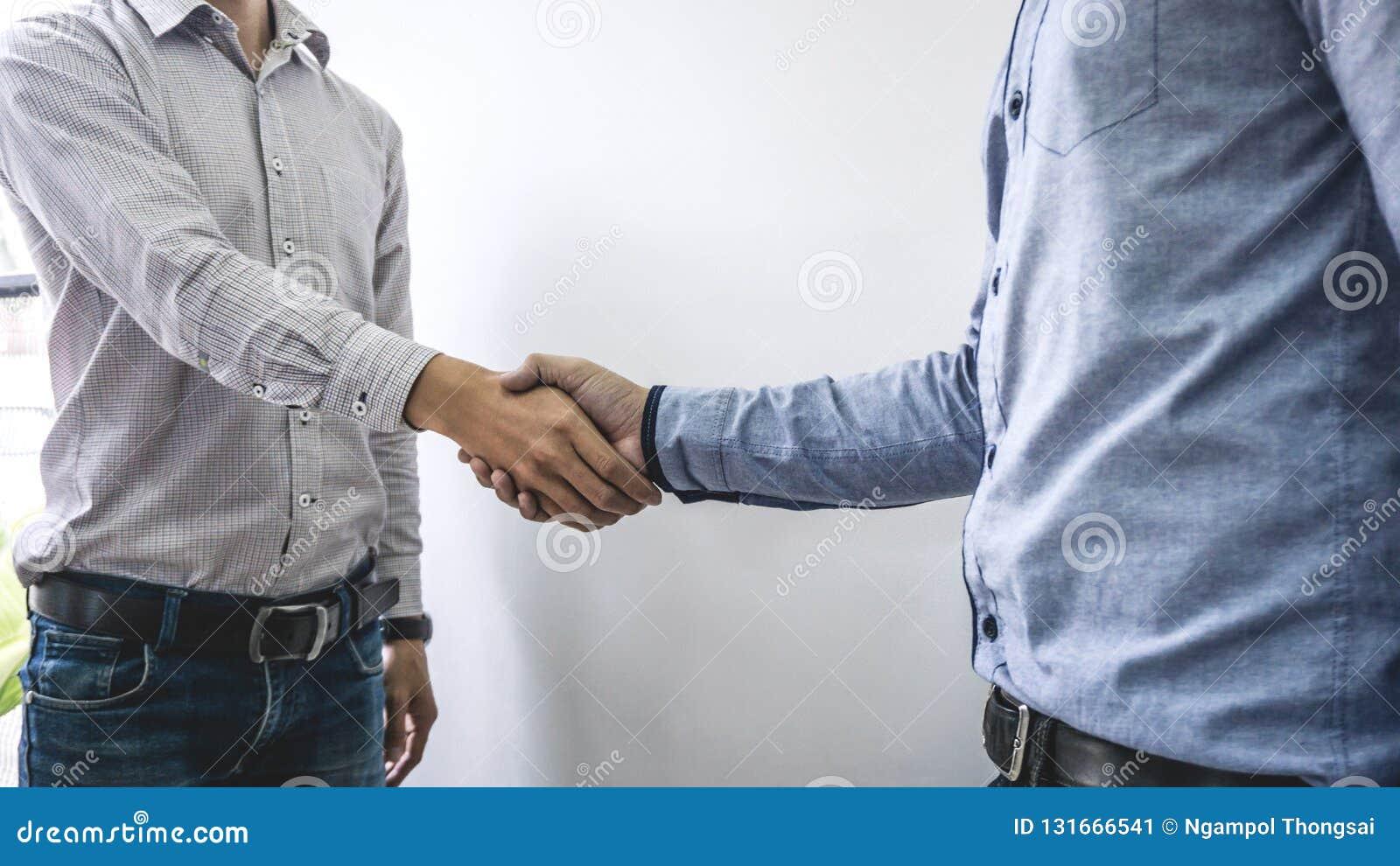结束会议,两个愉快的商人握手在合同约定成为以后伙伴,合作