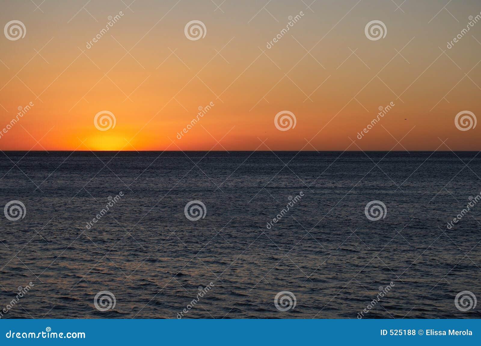 Download 结束海洋日落 库存照片. 图片 包括有 下降, 照亮, 日落, 展望期, 天空, 焕发, 晒裂, 金黄, 微明 - 525188