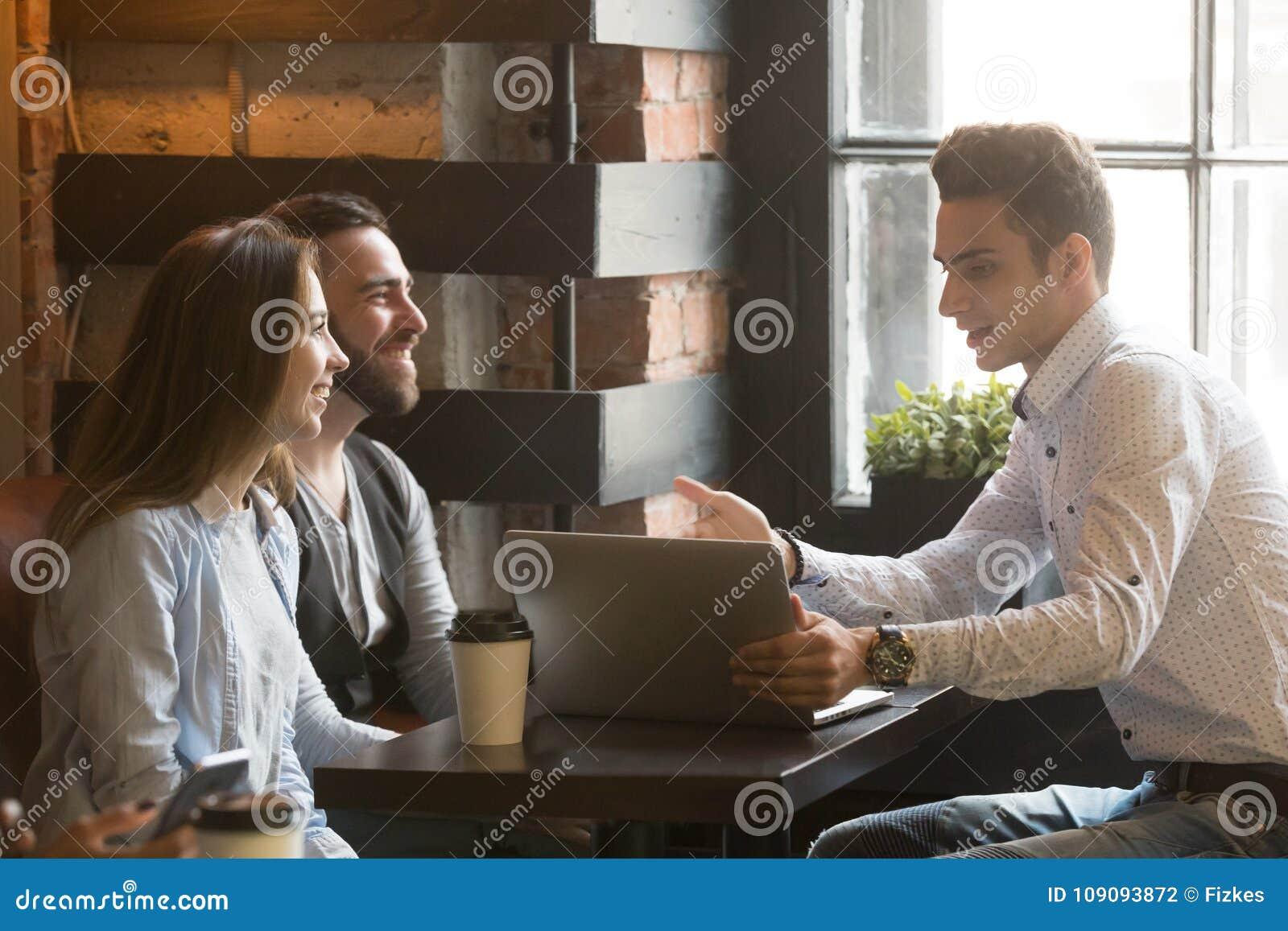 给予条件的保险经纪人或推销员结合在咖啡馆