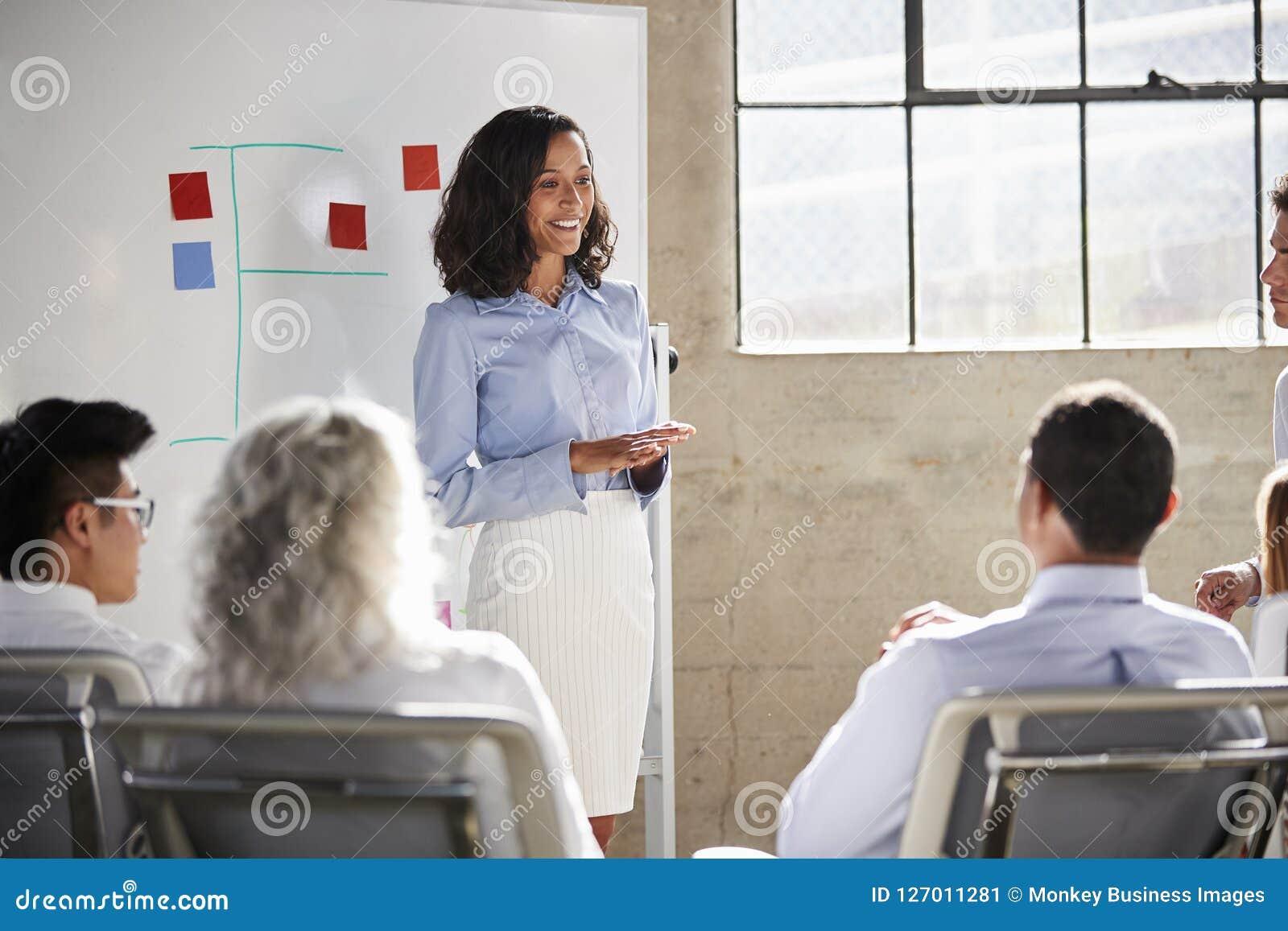 给介绍的混合的族种女实业家在会议上