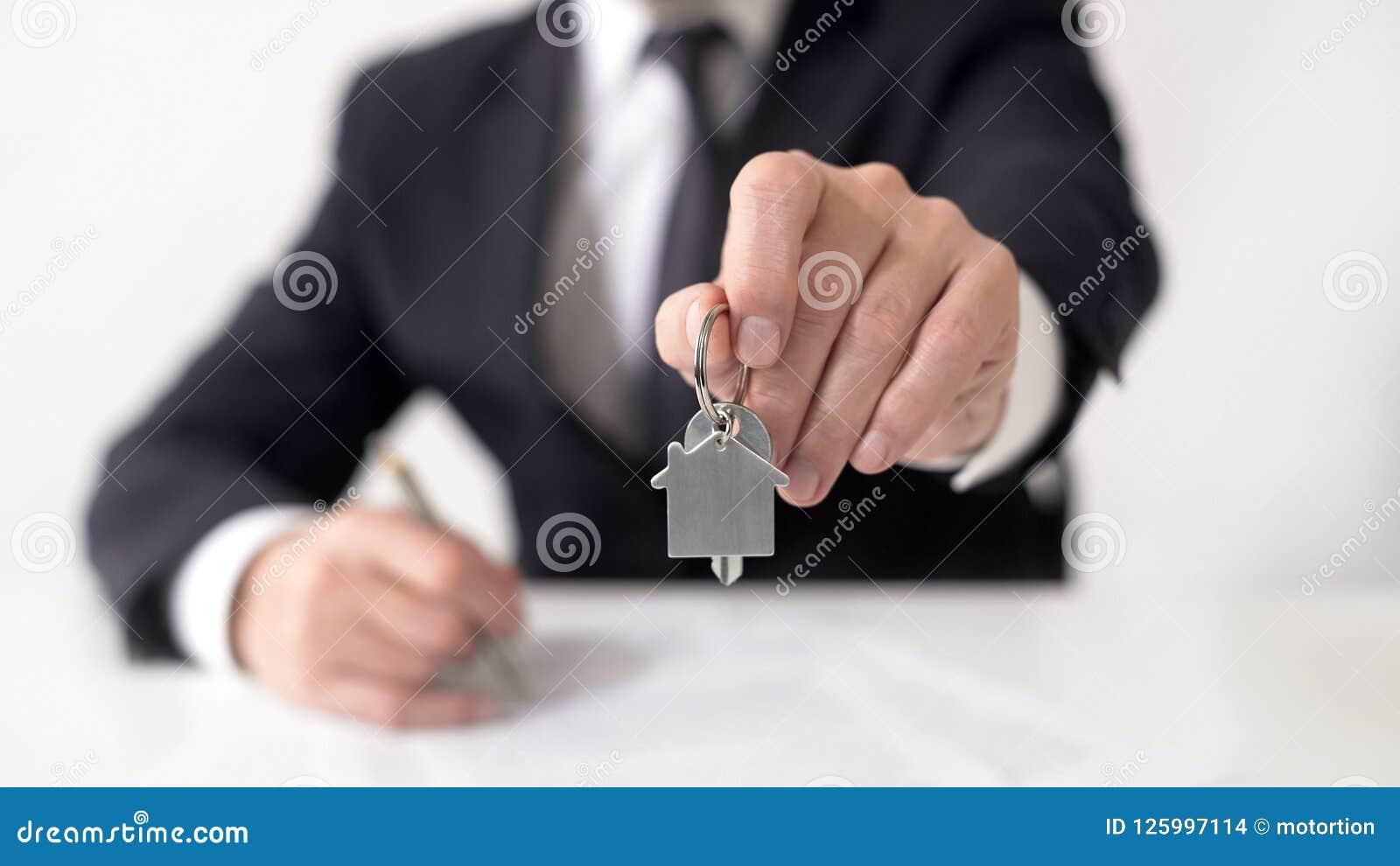 给公寓钥匙的抵押估价人房地产买家,物产合同