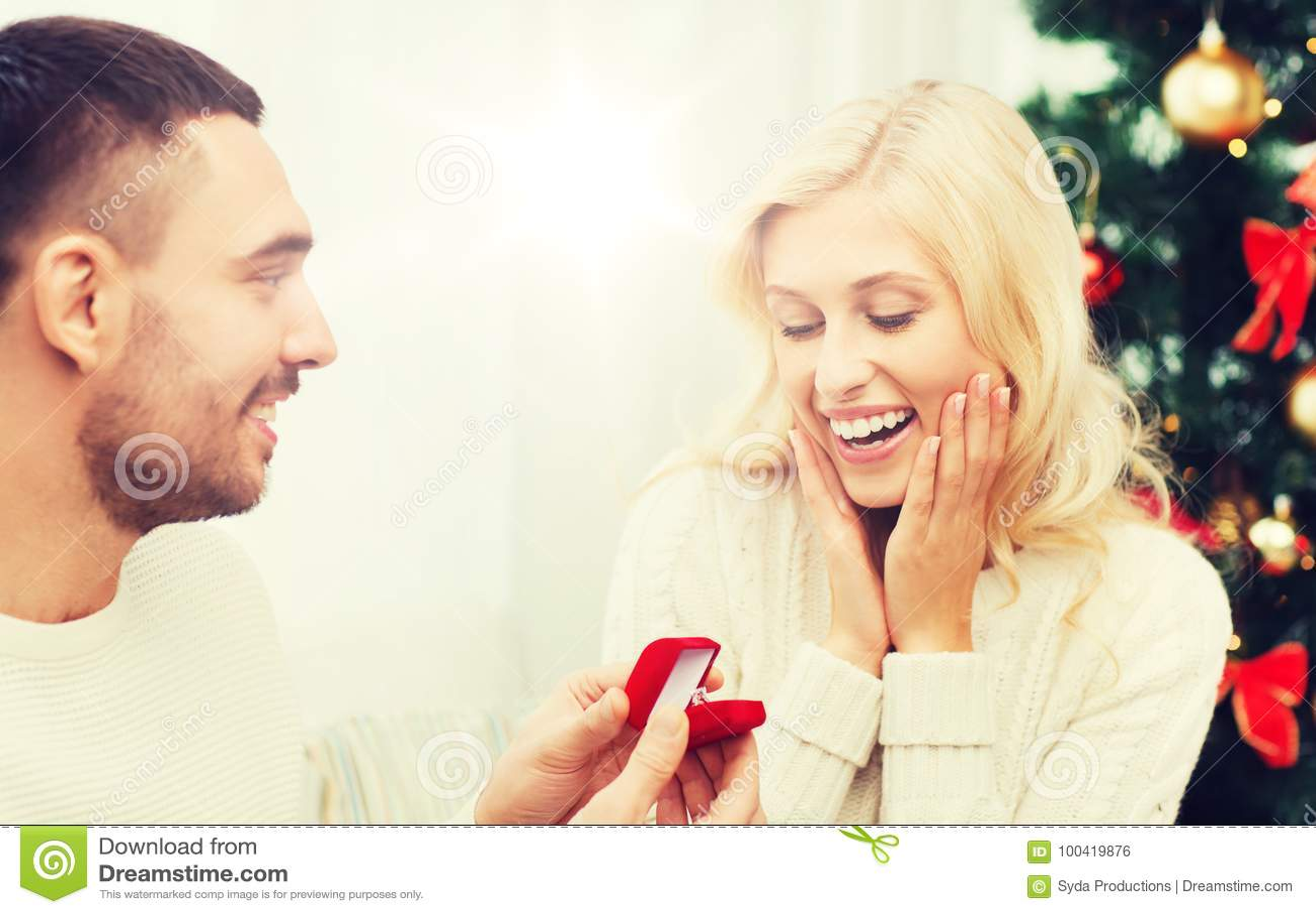给妇女圣诞节的人定婚戒指
