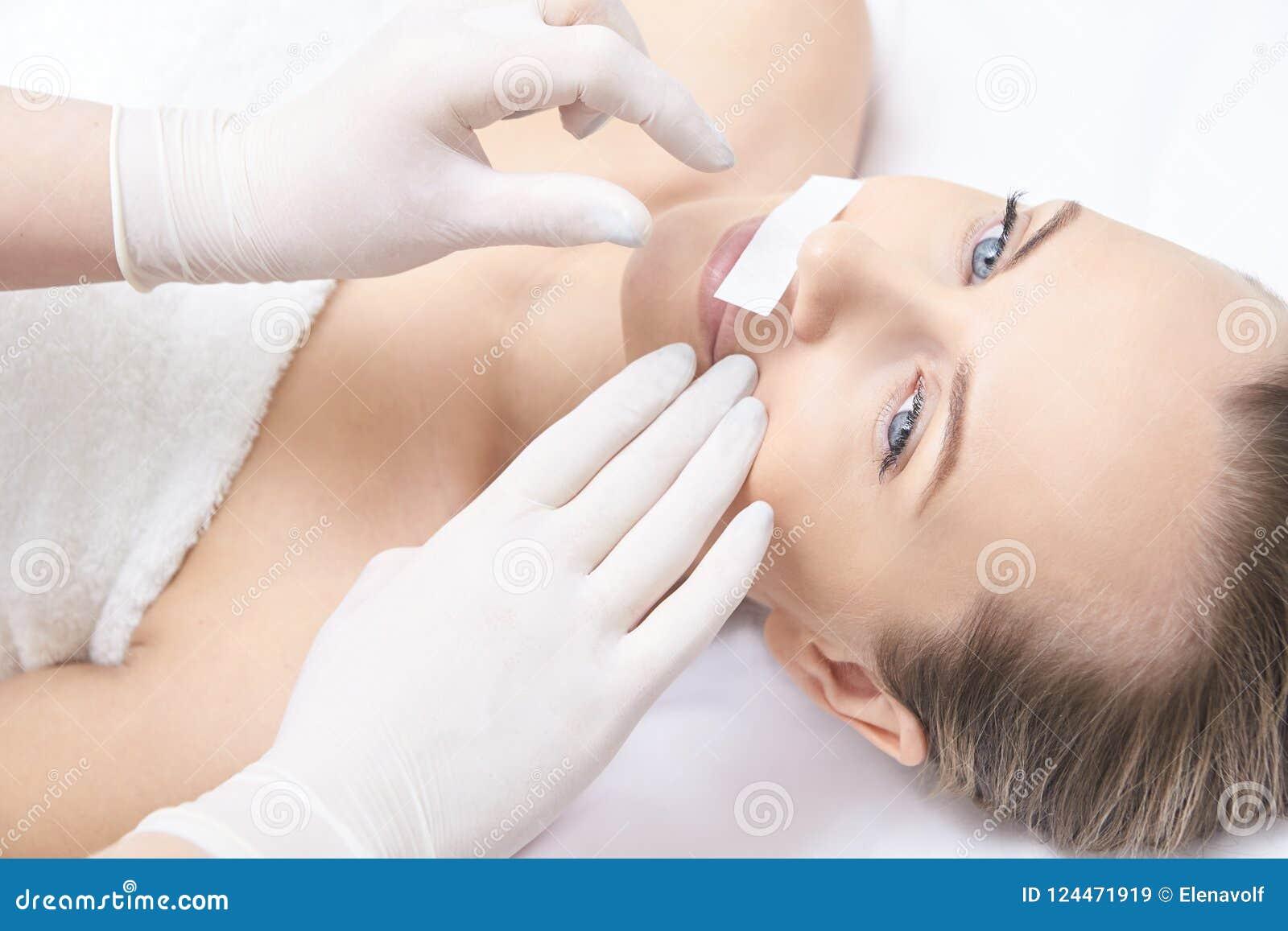 给妇女腿打蜡 糖头发撤除 激光服务epilation 沙龙蜡美容师做法