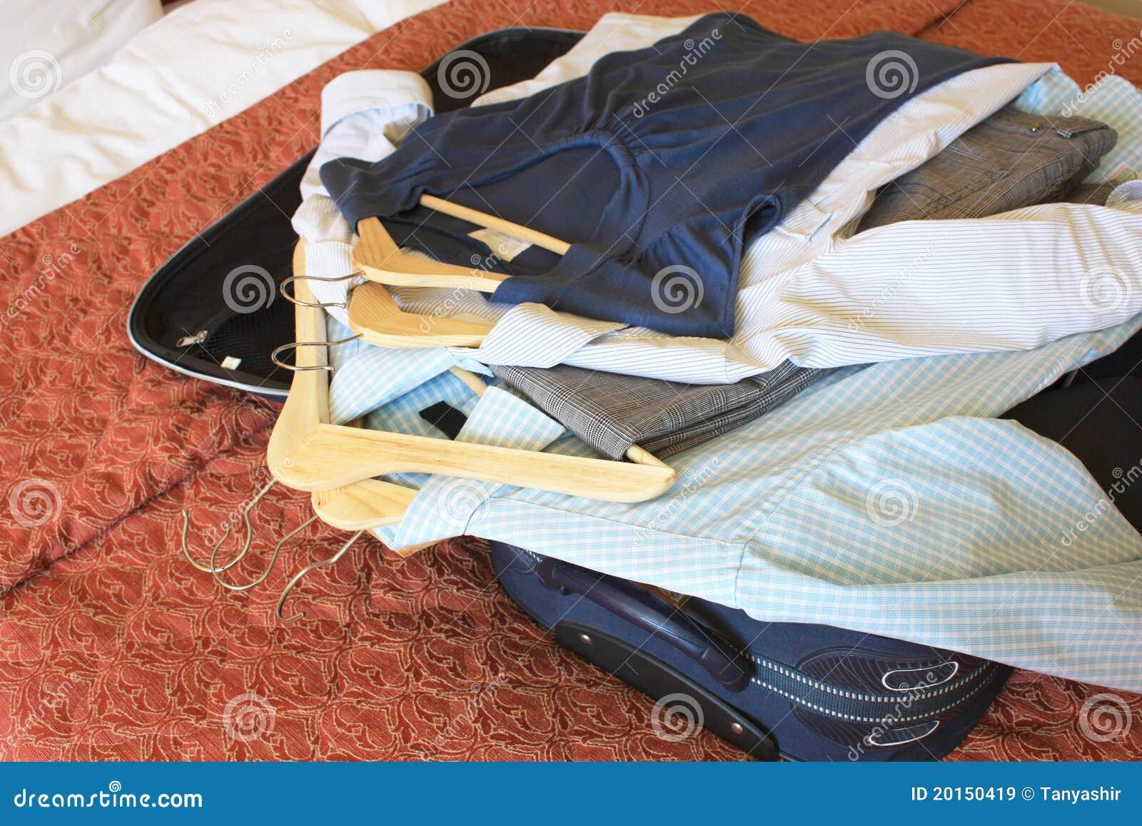 给旅馆客房手提箱穿衣