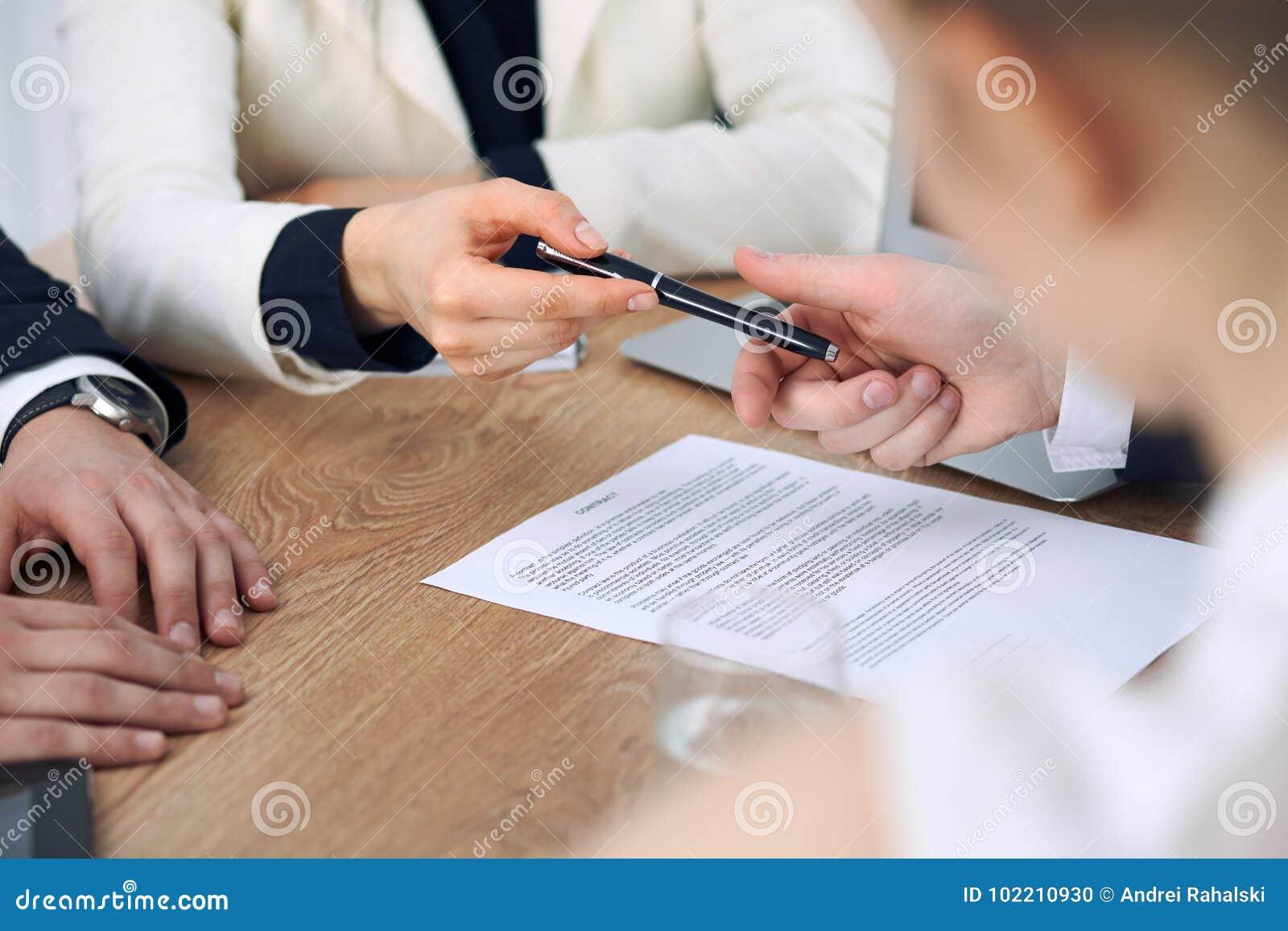 给笔的女商人准备好的商人签合同 成功通信在会议或交涉上