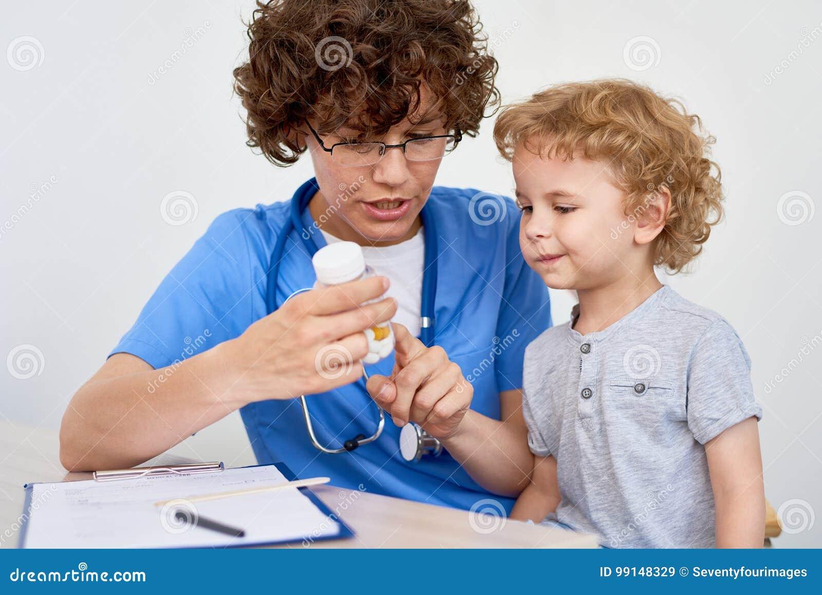 给维生素的护士小孩