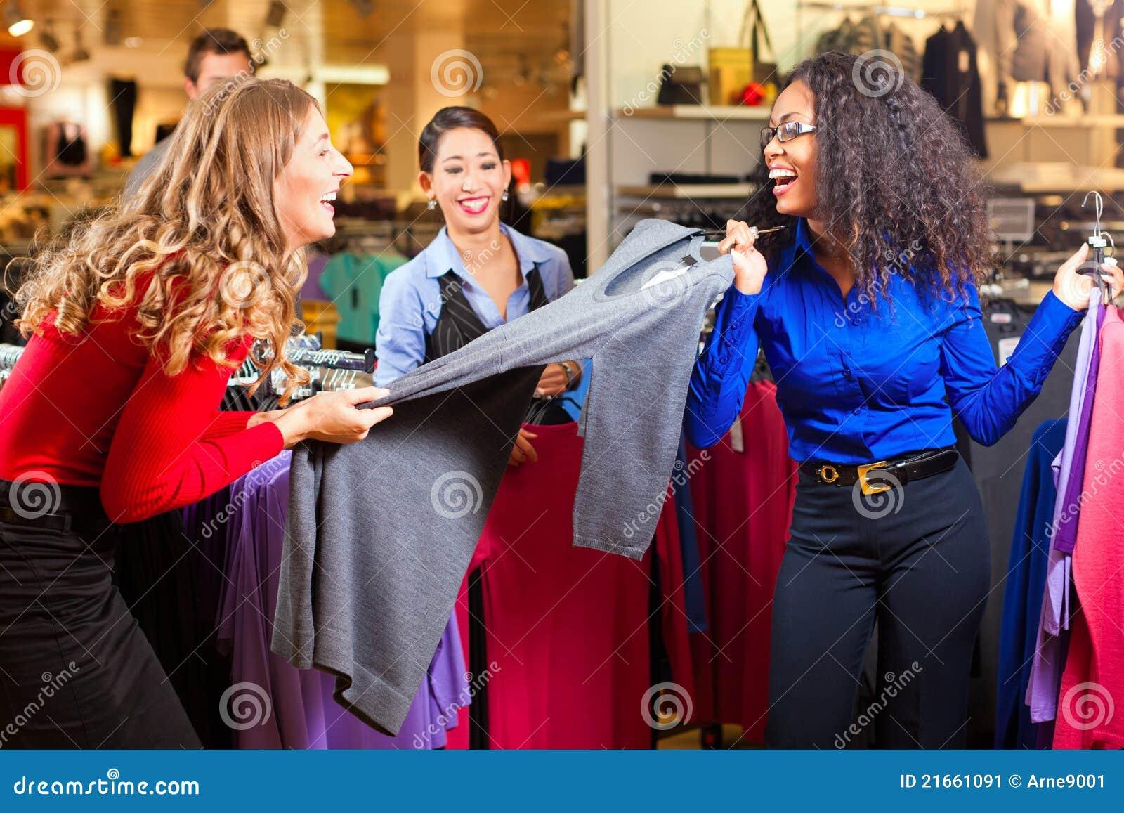 给购物中心购物妇女穿衣