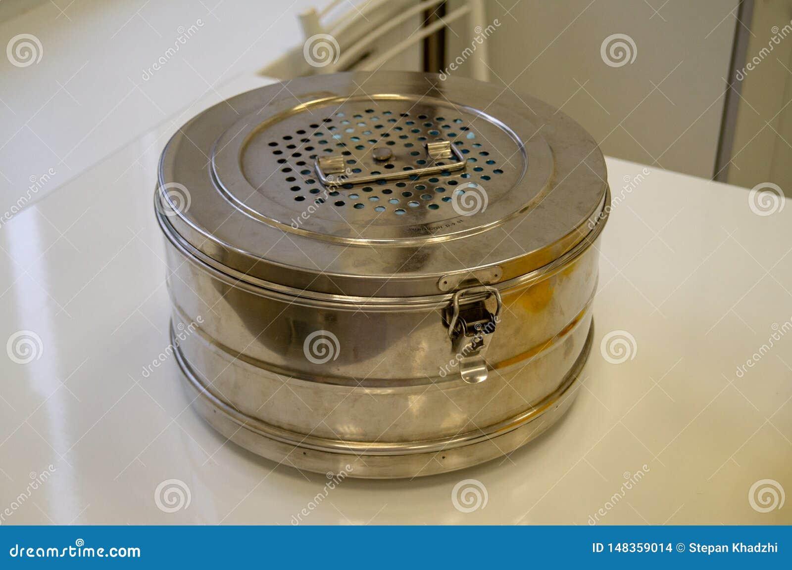 绝育容器-材料和医疗仪器的绝育的金属箱子在蒸汽消毒器