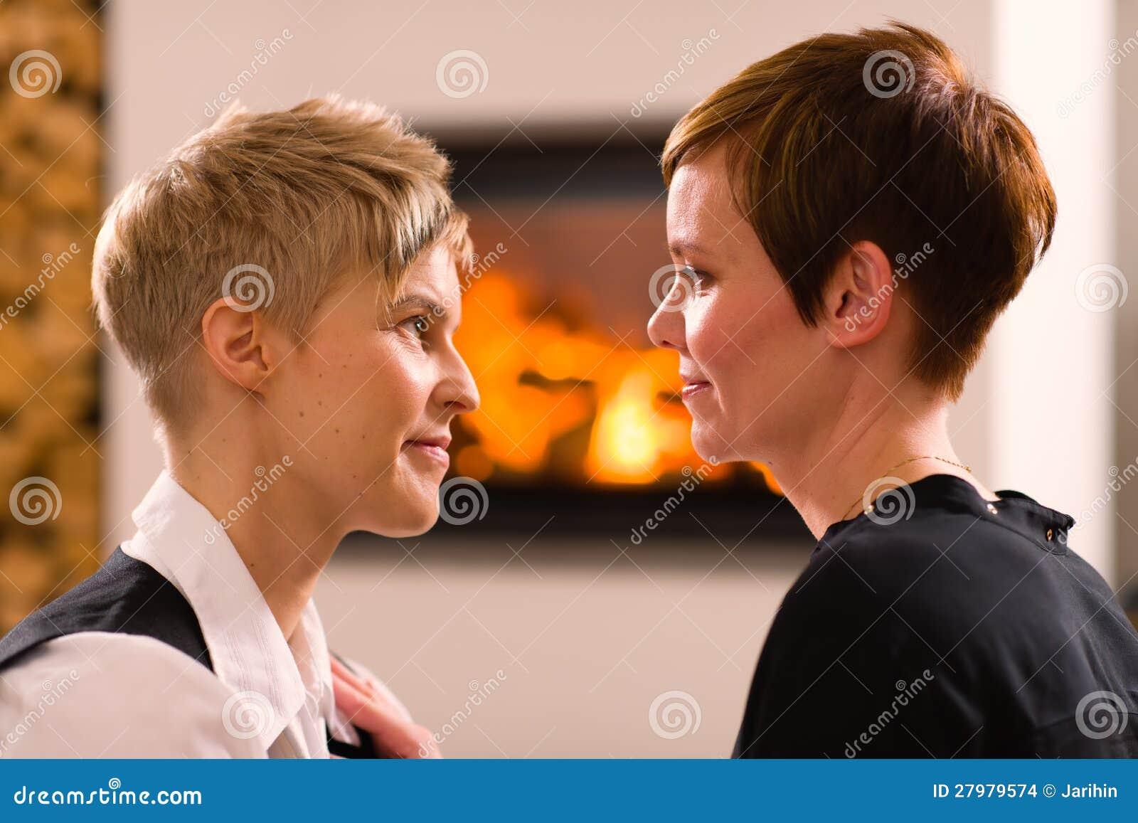 女同性恋15p_一对女同性恋的夫妇,在背景,展望期格式的壁炉的纵向在爱的.