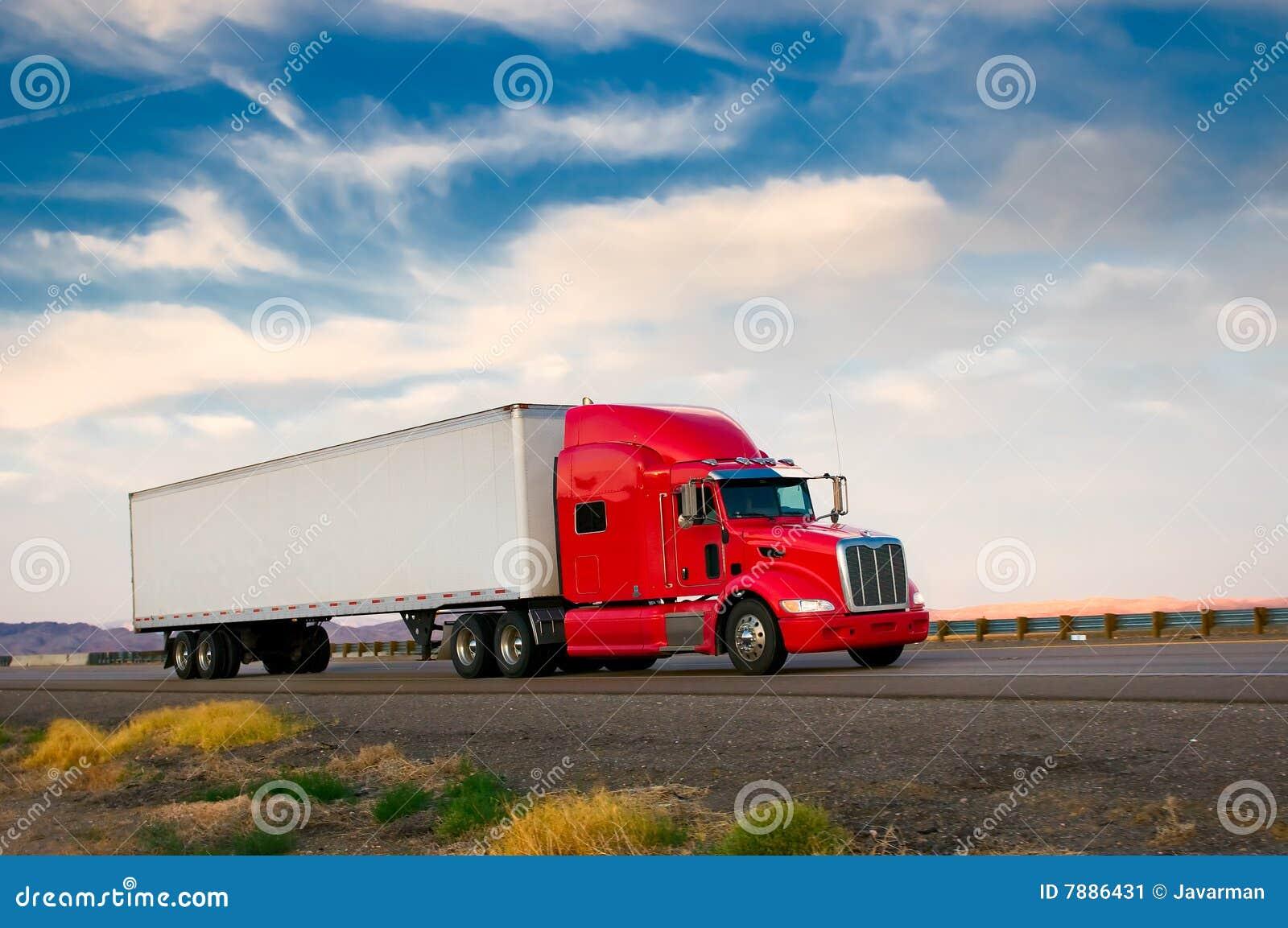 继续前进高速公路的红色卡车