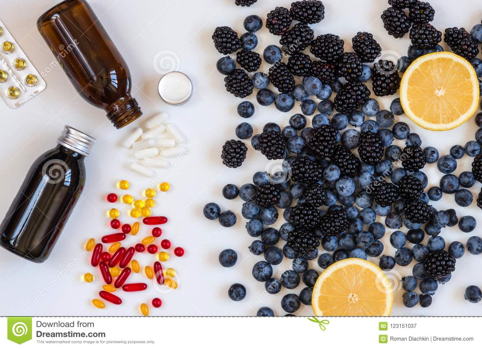 维生素和补充从蓝莓和柠檬 配药关心健康视觉 生物健康的活跃补充