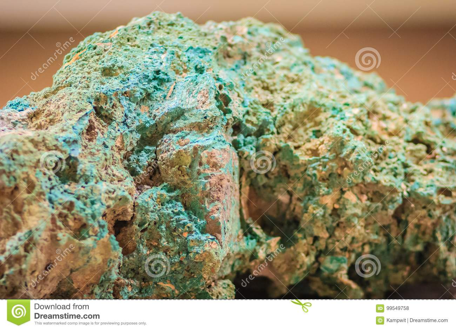 绿沸铜石头未加工的标本从采矿和挖掘indust的