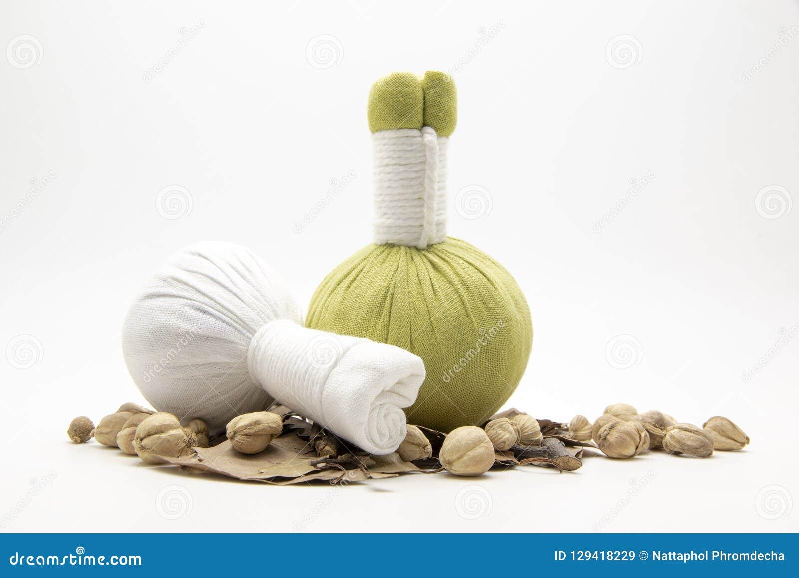 绿色压缩球、白色压缩球和草本在白色后面