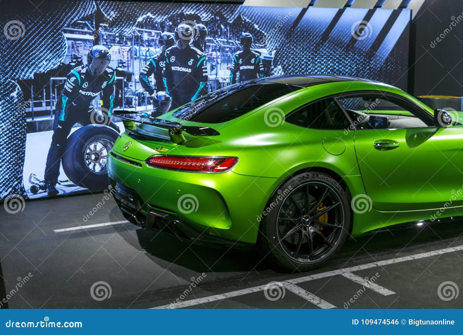 绿色奔驰车AMG广义相对论2018年V-8 Biturbo外部细节,车灯 正面图 汽车外部细节