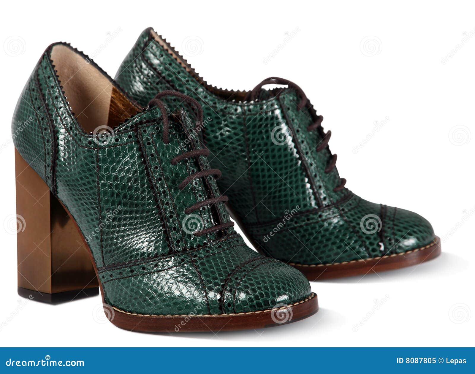 绿色穿上鞋子妇女