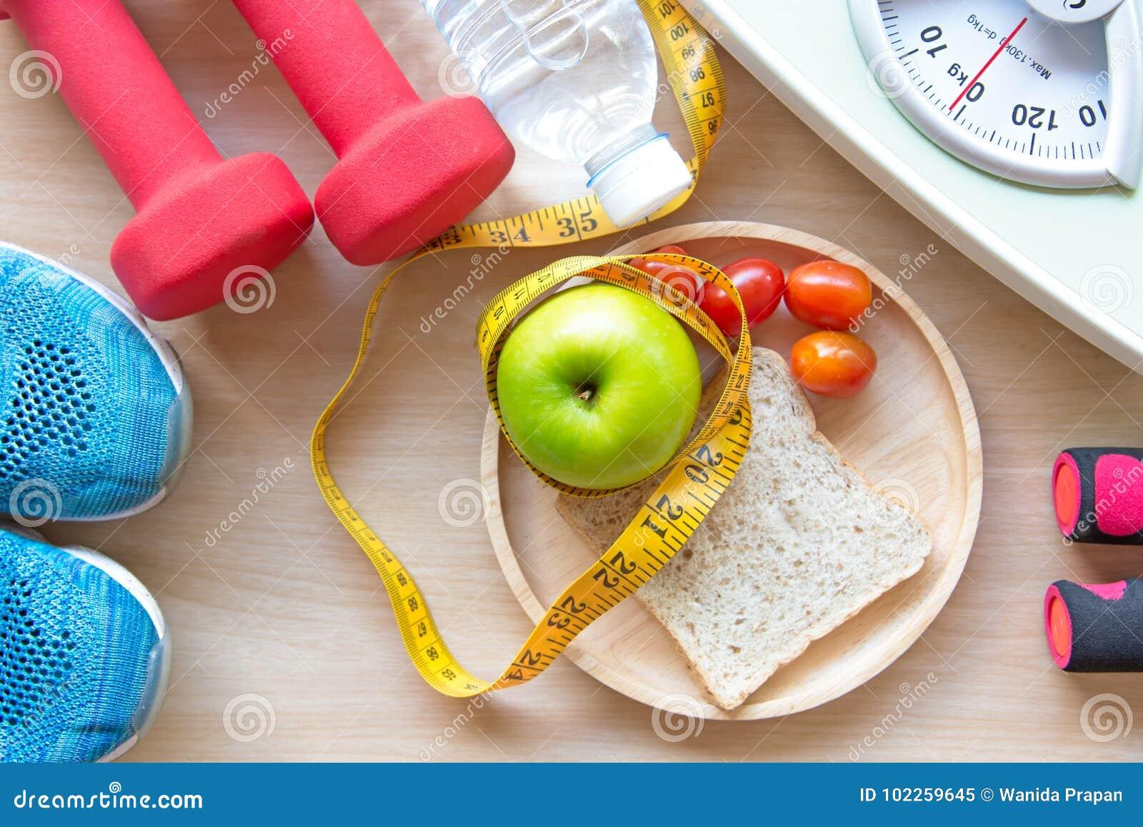 绿色苹果和重量标度、措施轻拍与净水和运动器材妇女的节食减肥