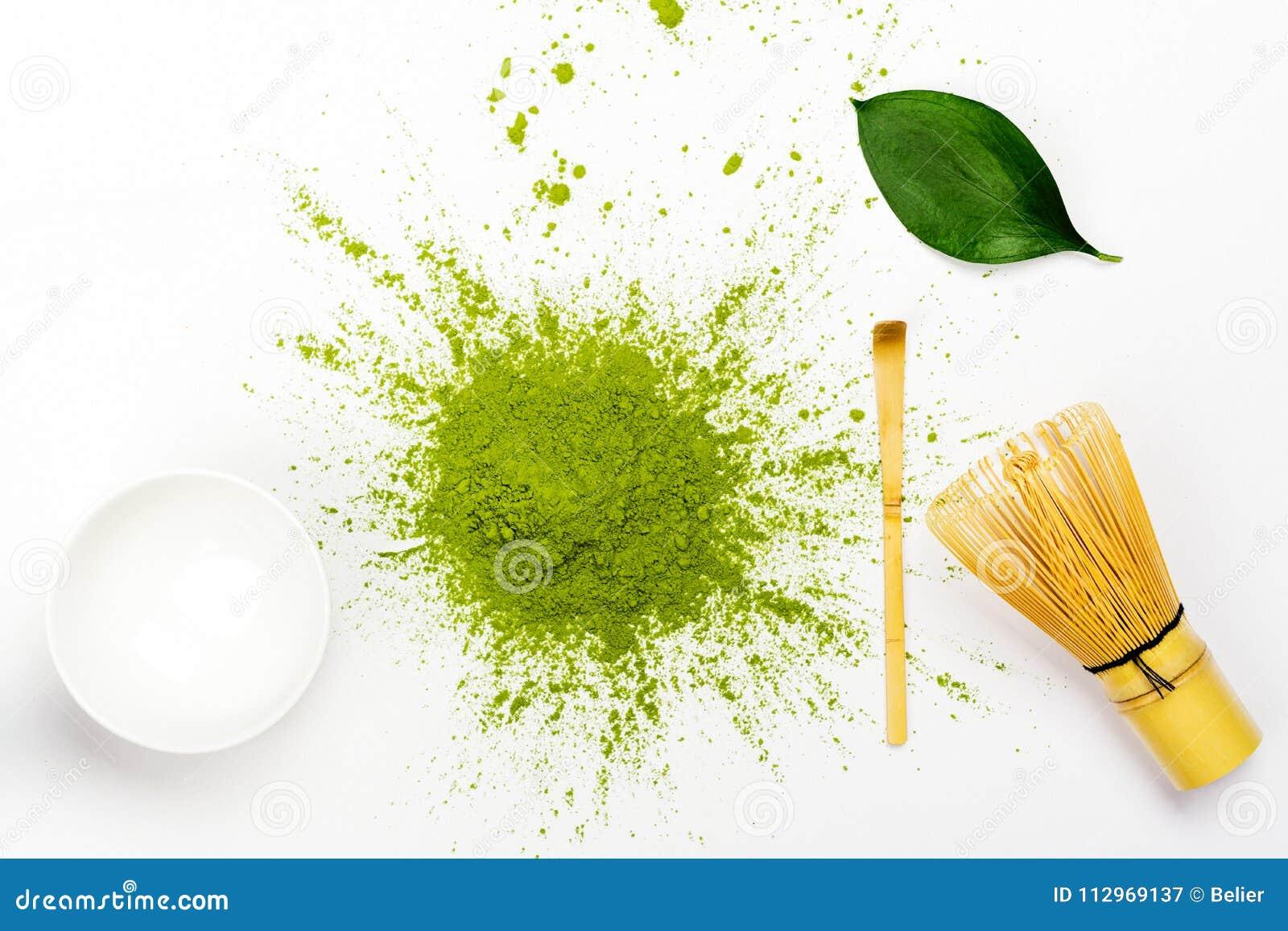 绿色matcha茶粉末和茶辅助部件在白色背景