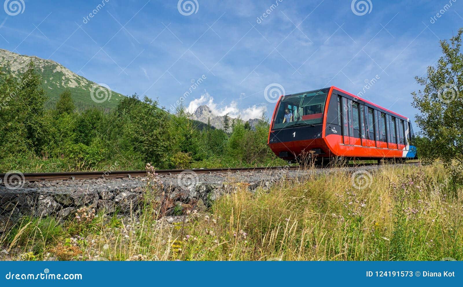 缆索铁路从Stary Smokovec对在高Tatras的Hrebienok山