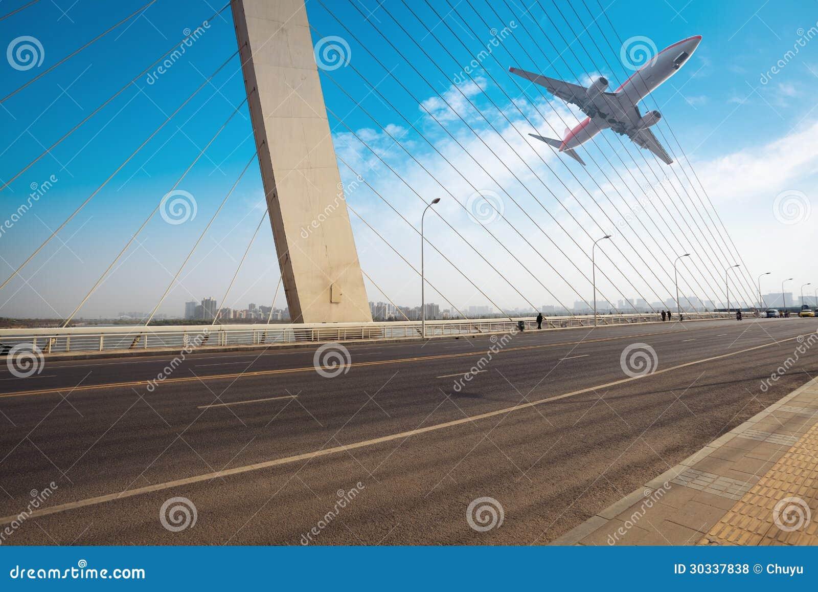 缆绳停留了有飞机的桥梁