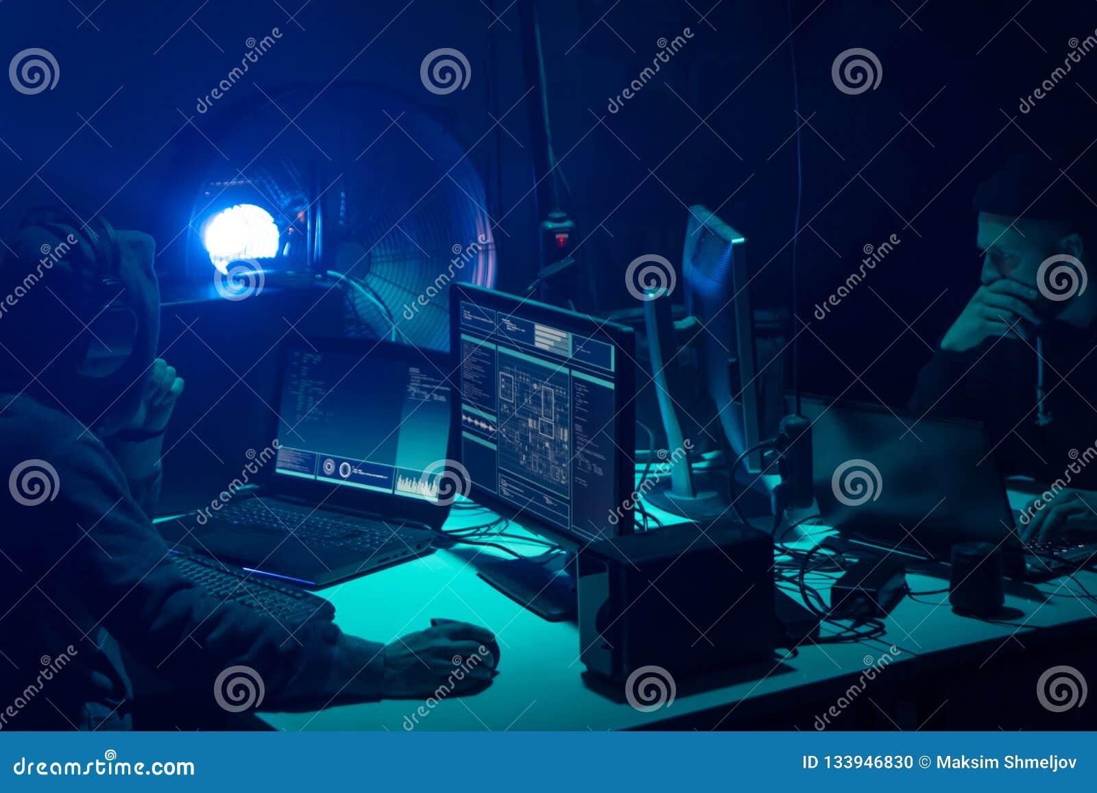 编码病毒ransomware的被要的黑客使用膝上型计算机和计算机 网络攻击,系统打破和malware概念