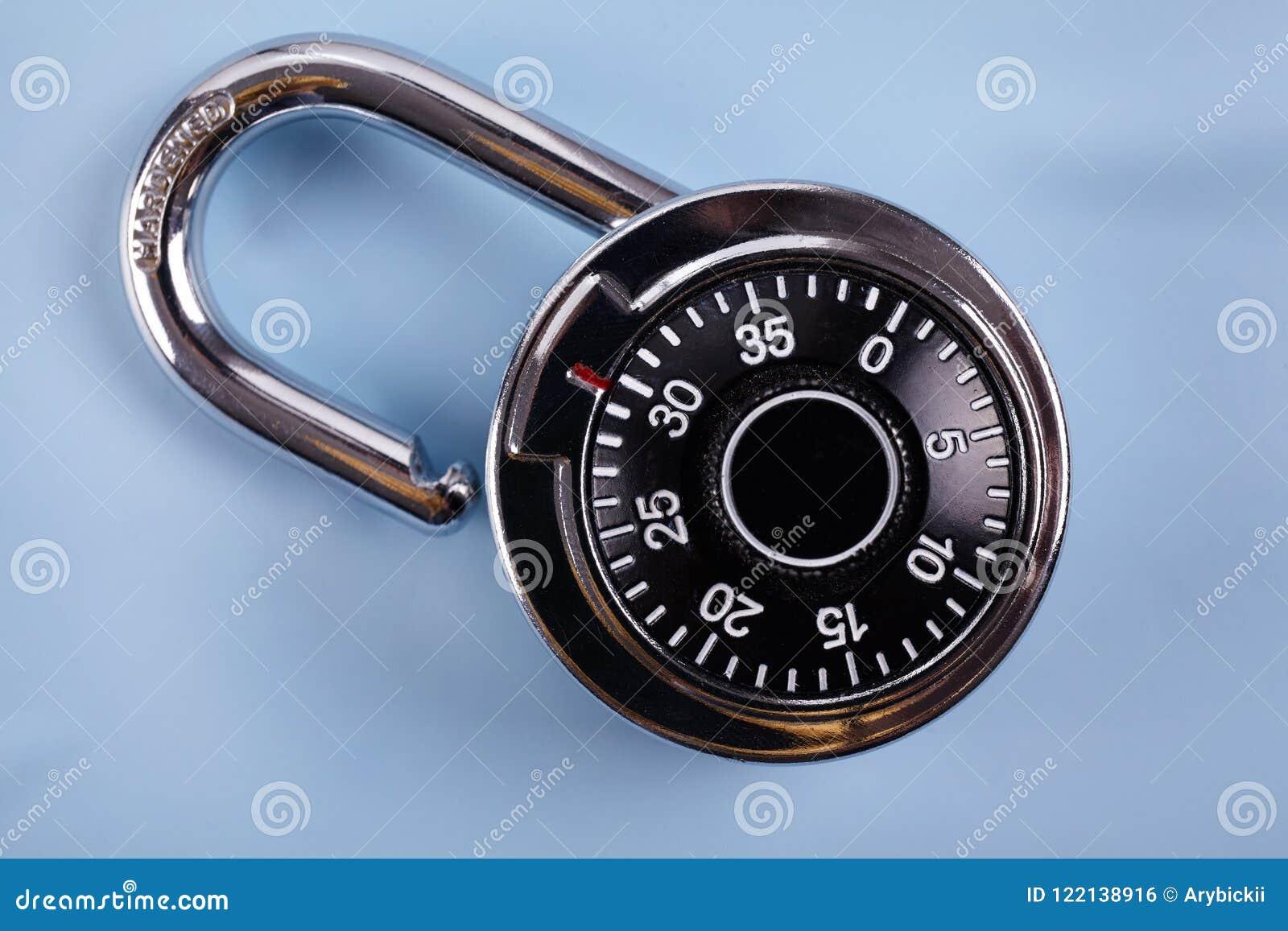 编码锁在木书桌