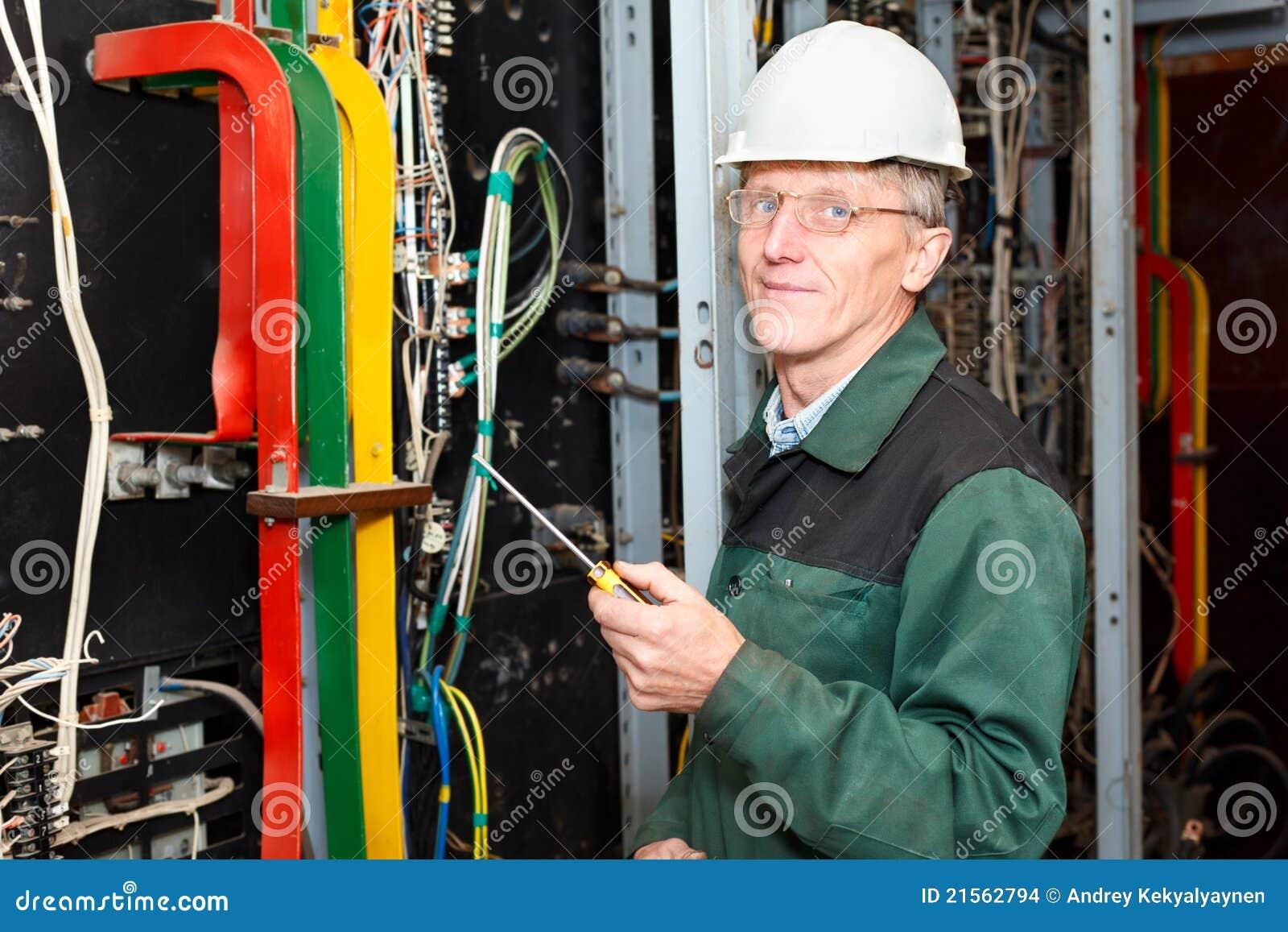 缚住电工安全帽成熟工作
