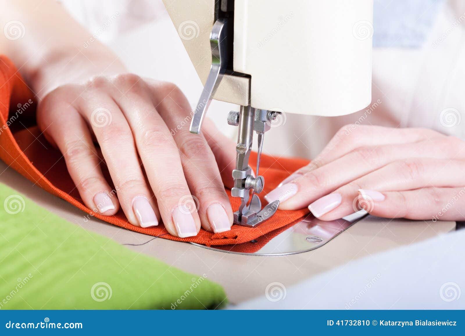缝合织品的整洁的裁缝