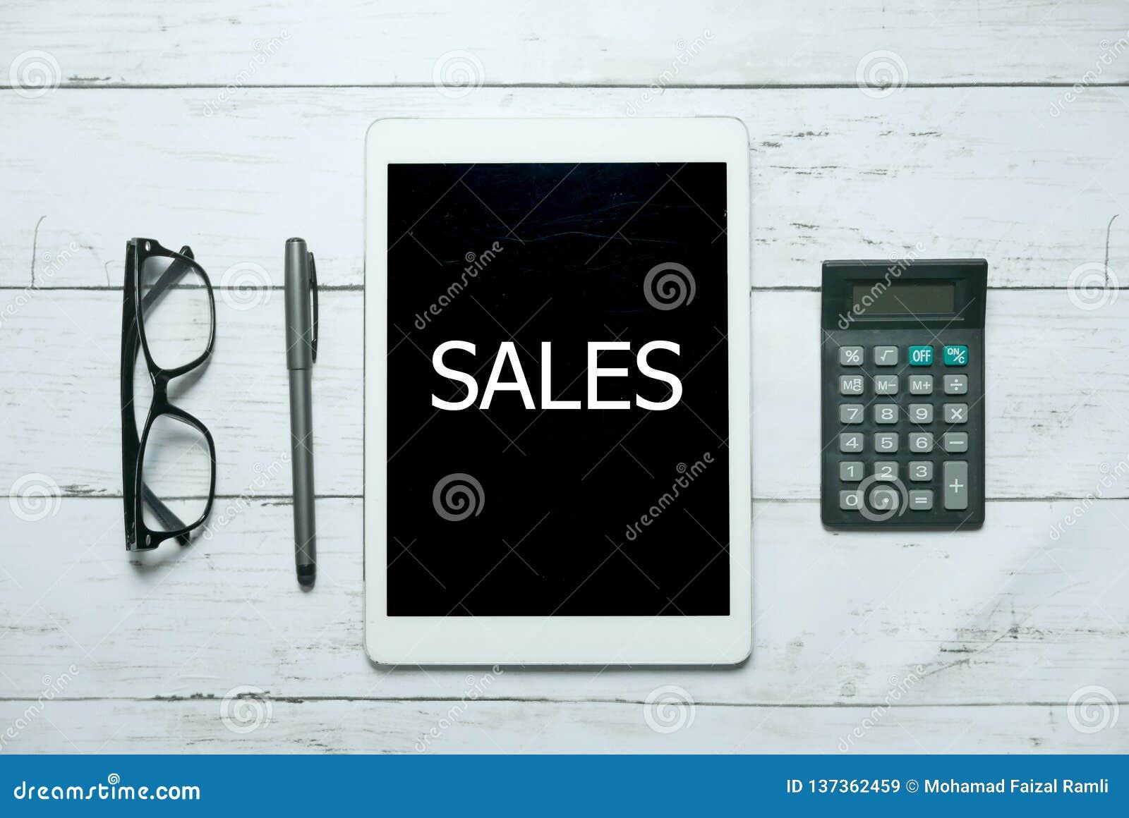 网上数字销售商务企业技术概念 玻璃、计算器、笔和片剂顶视图写与销售